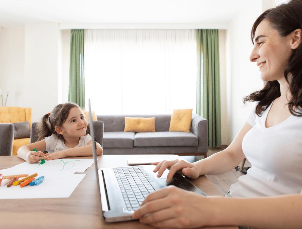 Mitarbeitermotivation im Home-Office am Beispiel von Mutter mit Kind.