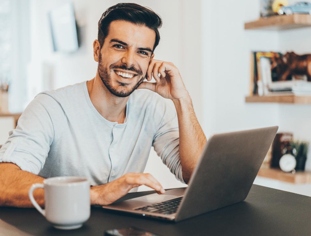 Kleine Kaffeepausen im Home-Office steigern die Mitarbeitermotivation.