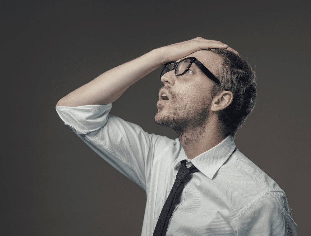 Mann fasst mit Hand an Stirn als Symbol für Anwenderfehler ohne Office 365 Backup.